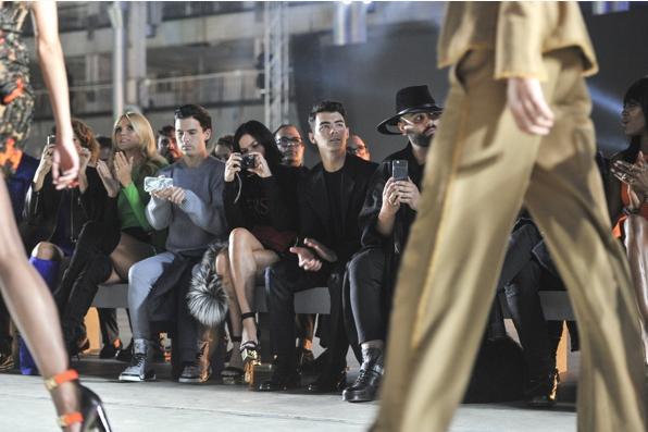 Джо Джонас фотона показе Версаче в рамках Недели моды в Милане, сентябрь 2015