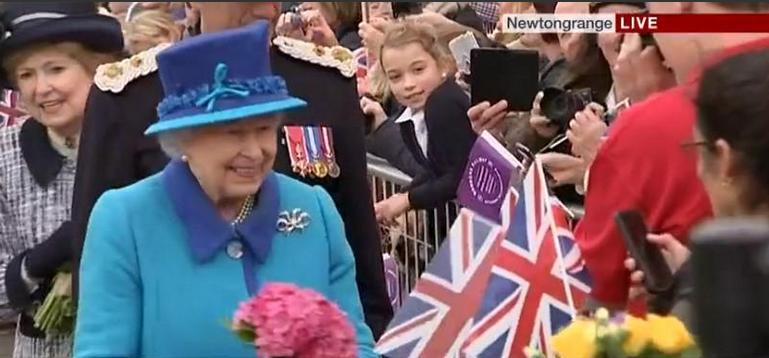 Королева Елизавета II приветствует подданных, фото 2015
