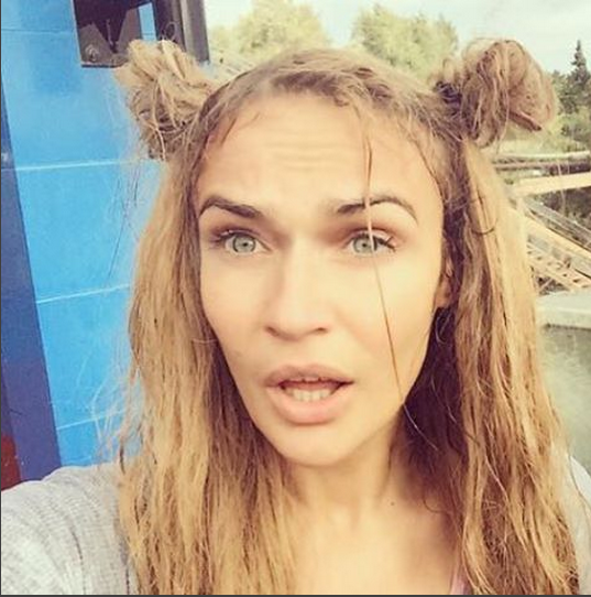 """Алена Водонаева со своими фирменными """"узлами"""" на голове, видно,что волосы поврежденные и спутанные, фото из Инстаграма"""