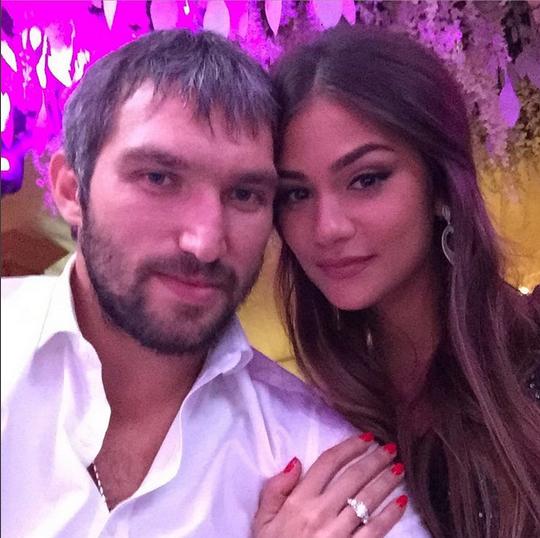 Александр Овечкин и Анастасия Шубская фото из Инстаграма. На безымянном пальце девушки заметно помолвочное кольцо