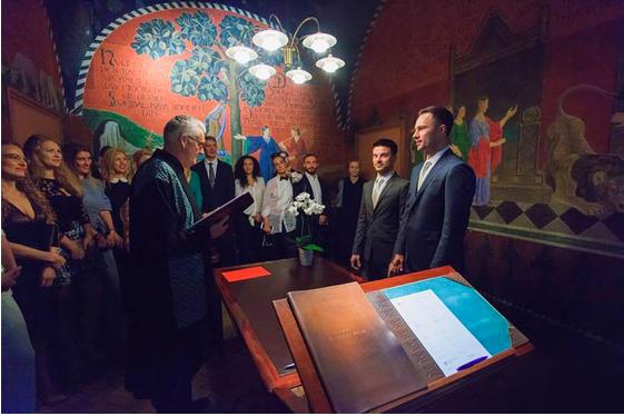 На фото предположительно Евгений Бороденко со своим партнёром в день заключения брака