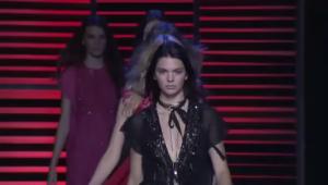 На фото Кендалл Дженнер во время показа Эли Сааб на Парижской неделе моды сезон весна-лето 2016