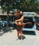 Айза Долматова (Анохина) заключила мужа Дмитрия Анохина в свои цепкие объятия. Фото 2015 остров Бали