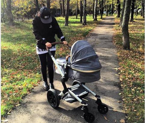 Виктория Дайнеко фото из Инстаграма во время прогулки с дочерью