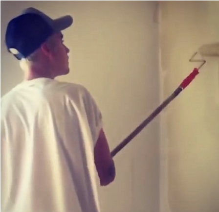 Justin-Bieber-painting-the wall