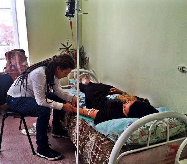 Фото Корнелии Манго на больничной койке