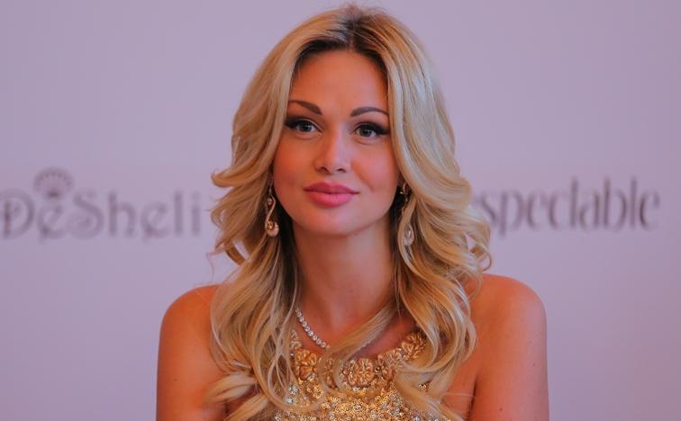 Виктория Лопырева на каком-то мероприятии компании Дешели