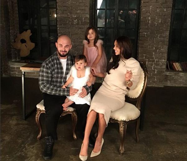 Семейное фото: Джиган с женой Оксаной Самойловой и дочерьми