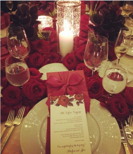 Столы для свадебного ужина были украшены красными розами, фото из Инстаграма Софии Вергары