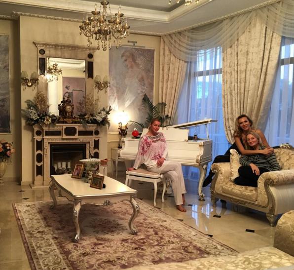Анастасия Волочкова с мамой и подругой Женей у себя дома, фото из Инстаграма