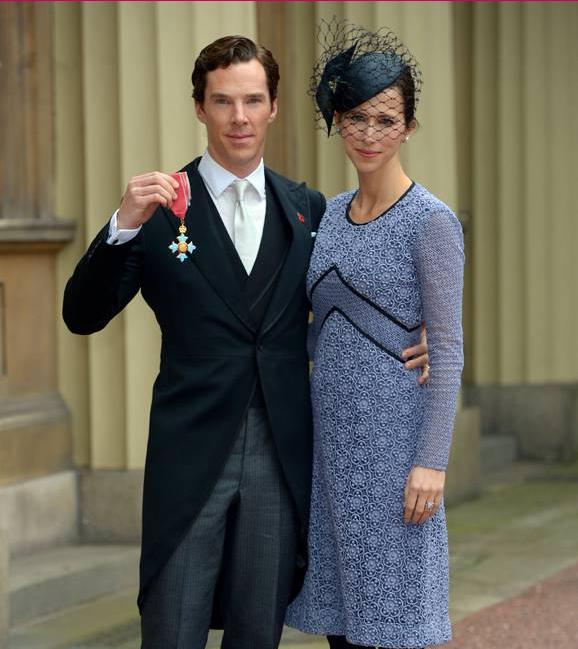 Фото Бенедикта Камбербэтча с женой Софи Хантер и орденом Британской империи в руке