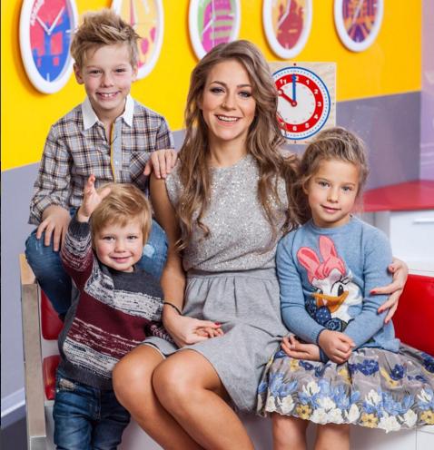 На фото телеведущая Юлия Барановская с детьми