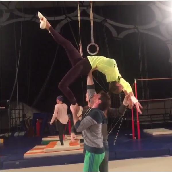 Фото Виктории Бони во время выполнения акробатического трюка