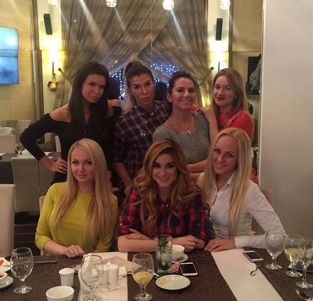 Фото Ксении Бородиной с подружками через несколько дней после родов