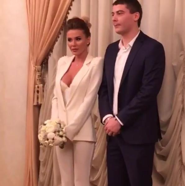 Анастасия Ковалева с мужем в день регистрации брака в ЗАГСе, фото из Инстаграма