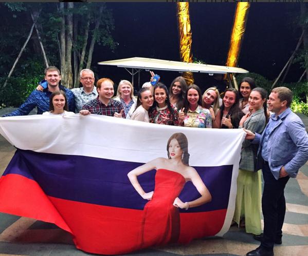 Группа поддержки Софии Никитчук на конкурсе Мисс Мира 2015, фото из Инстаграма