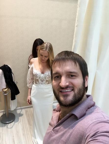 Юлия Щаулина примеряет свадебное платье, фото из Инстаграма Самсонова