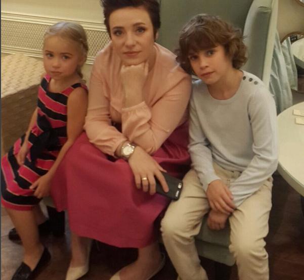 На фото из Инстаграма Тутта Ларсен со старшими детьми