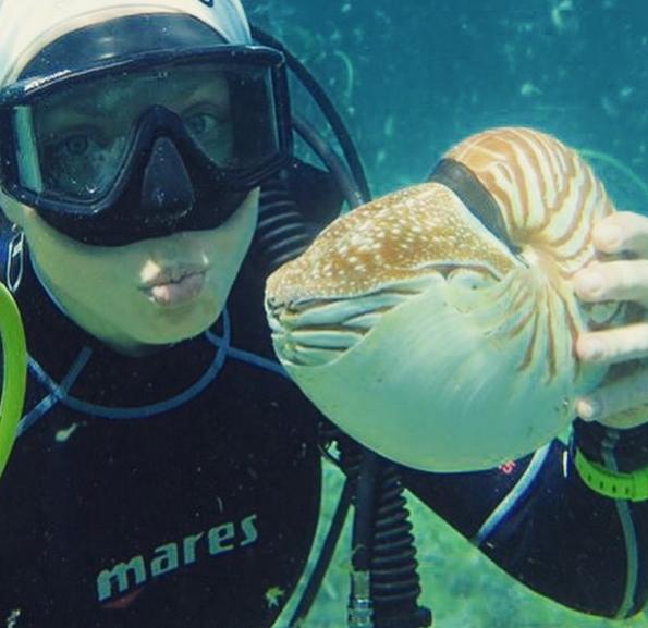 Подводное фото Яны Чуриковой с наутилусом во время дайвинга