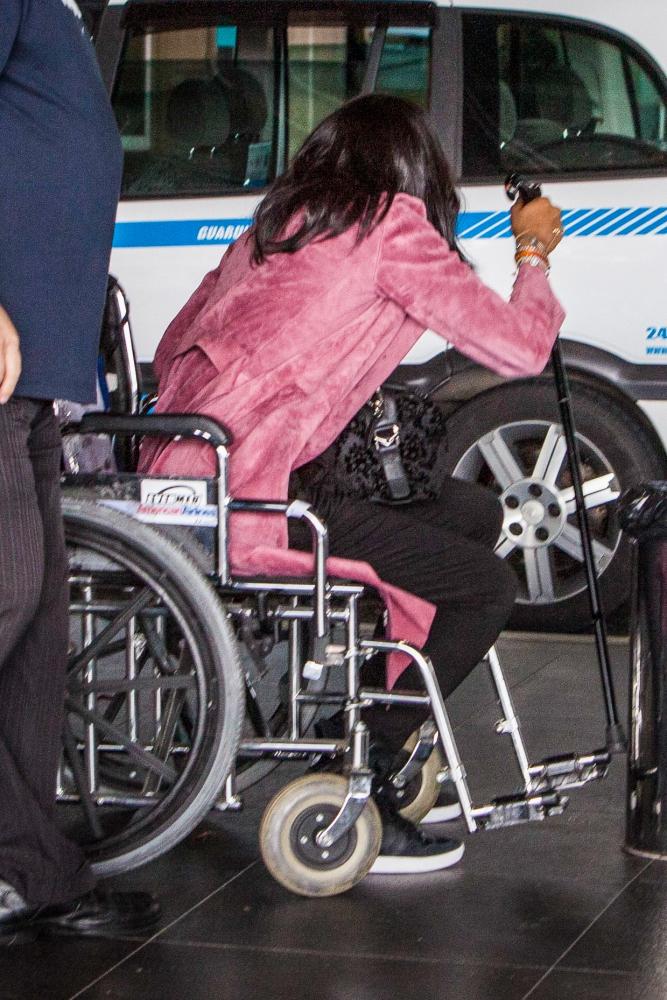Фото Наоми Кэмпбелл в инвалидном кресле в аэропорту Сан-Паулу