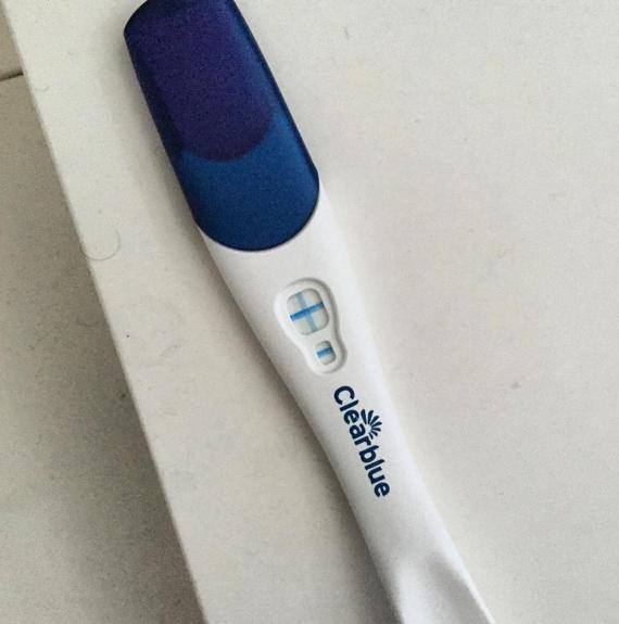 Бар Рафаэли с помощью этого фото сообщила подписчикам о своей беременности