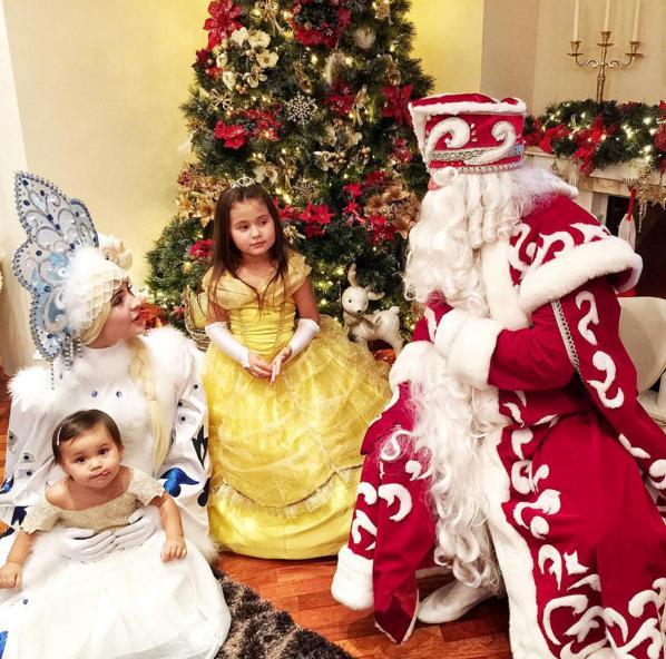 Оксана Самойлова пригласила к дочерям Деда Мороза и Снегурочку, фото 2016