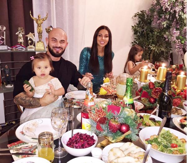 Оксана Самойлова фото 2016 с мужем и дочерьми за новогодним столом