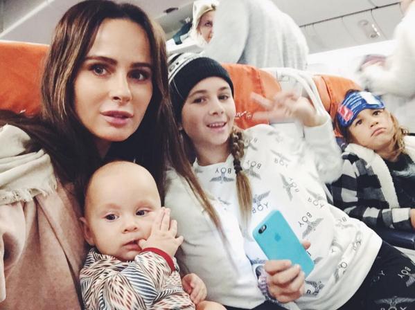Саша Зверева и её дети в самолете перед полётом в Таиланд фото 2016 Инстаграм