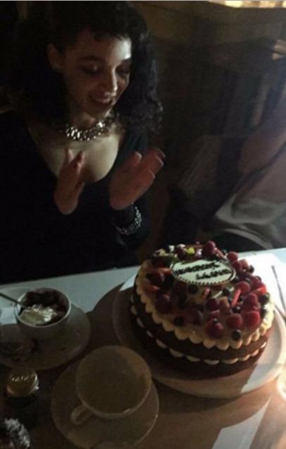 Талия Барнетт (FKA Twigs) фото в день празднования 28-летия, 2016 год