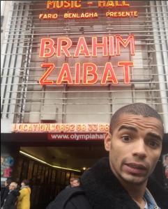 Брахим Заибат на фоне афиши со своим именем, фото из Инстаграма