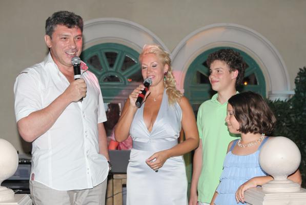 На фото Екатерина Одинцова и Борис Немцов с детьми