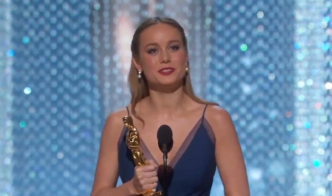 "Фото актрисы Бри Ларсон во время получения премии ""Оскар"" 2016"