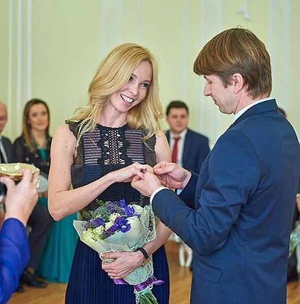 Алексей Ягудин и Татьяна Тотьмянина обмениваются кольцами в загсе,фото из Инстаграма