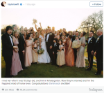 Тейлор Свифт (на заднем плане с букетом в руке) на свадьбе своих друзей, фото из Инстаграма