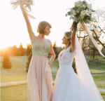 Фото Тейлор Свифт (слева) на свадьбе подруги