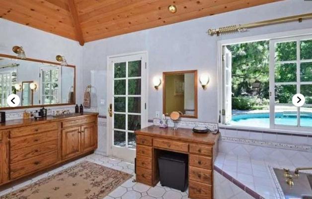 Одна из ванных комнат в доме Семьи Спеллинг-Макдермотт
