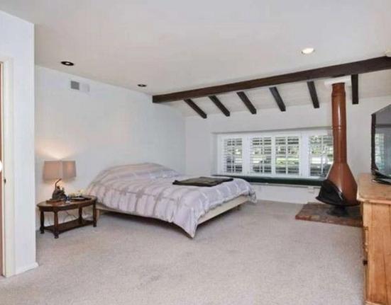 Фотография одной из спален в доме Тори Спеллинг