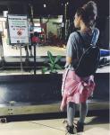 Алена Водонаева Таиланде февраль 2016, надпись на щите гласит, что хранение марихуаны в этой стране нелегально