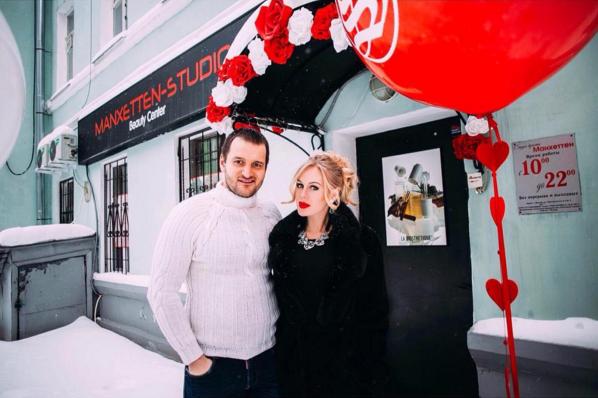 Алексей Самсонов и Юлия Щаулина перед салоном красоты, фото из Инстаграма, размещено примерно в начале февраля 2016