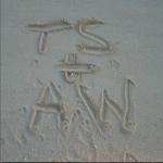"Надпись на песке ""TS + AW"" - Тейлор Свифт+Адам Вайлс (настоящее имя Кельвина Харриса)"