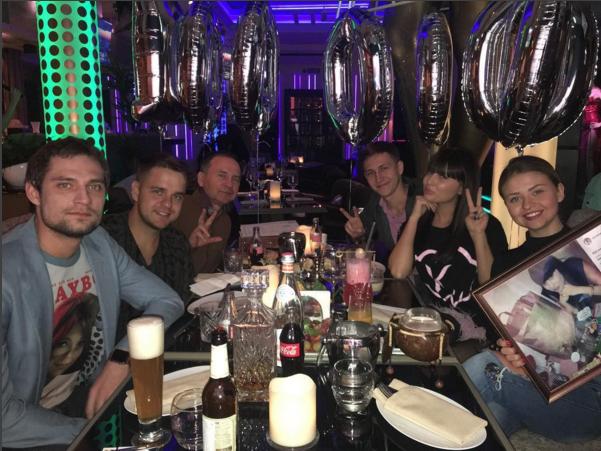 Фото Нелли Ермолаевой с Кириллом Андреевым и близкими друзьями на ужине в ресторане апрель 2016
