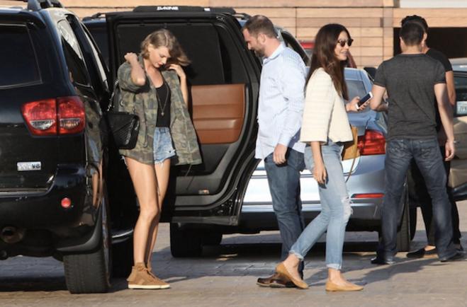 Тейлор Свифт с другими приглашенными на празднование дня рождения Алессандры Амбросио фото 2016