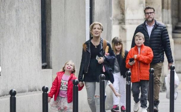 Тори Спеллинг с мужем и детьми в Париже фото апрель 2016
