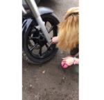 Фото из Инстаграма Влада Кадони: Тата Абрамсон режет шины мотоцикла Виталия Купера