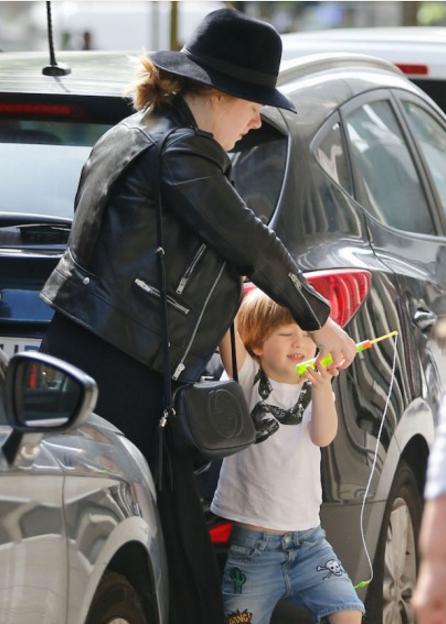 Певица Адель и её сын, фото сделано в мае 2016 в Барселоне