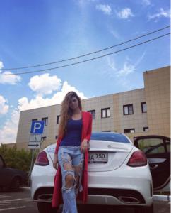 """Фото Алианы Гобозовой на фоне """"подаренного"""" Мерседеса"""