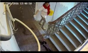 Рина Наумова-Дэвис (Марина Черкасова) разливает жидкость в подъезде Божены Рынски фото сделано с камеры видеонаблюдения в подъезде