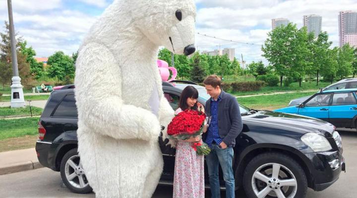 Фото Нелли Ермолаевой на фоне новой машины - подарка своего жениха Кирилла Андреева