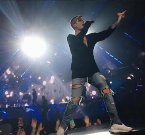 Джастин Бибер (Justin Bieber) во время выступления фото 2016 из Инстаграма