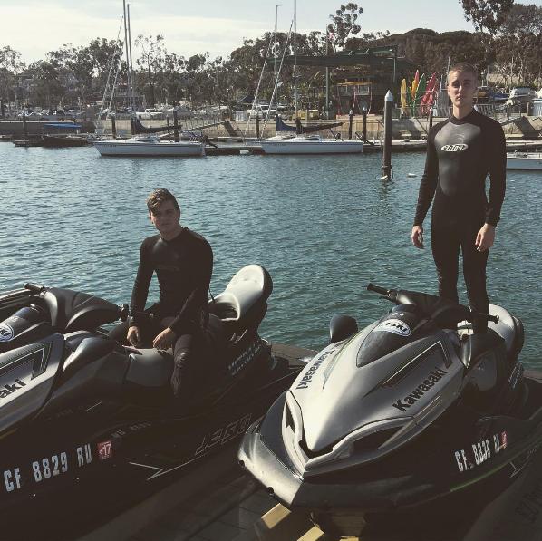 Джастин Бибер с другом на озере фото из Инстаграма май 2016